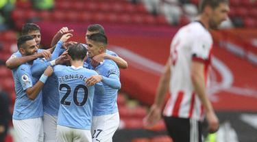 Pemain Manchester City merayakan gol yang dicetak Kyle Walker ke gawang Sheffield United pada laga lanjutan Liga Inggris di Stadion Bramall Lane, Sabtu (31/10/2020) malam WIB. Manchester City menang 1-0 atas Sheffield. (Cath Ivill/Pool via AP)