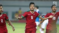 Pemain Timnas Indonesia U-16, Brylian N Dwiki Aldama melakukan selebrasi usai mencetak gol ke gawang Singapura U-16 saat laga persahabatan di Stadion Wibawa Mukti, Kab Bekasi, Kamis (8/6). Indonesia U-16 menang telak 4-0. (Liputan6.com/Helmi Fithriansyah)