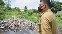 Wali Kota Medan Bobby Nasution meninjau kondisi ruas jalan rusak karena masalah tumpukan sampah yang bertahun-tahun terbengkalai di Jalan Cempaka, Sari Rejo, Medan Polonia, Senin (3/5/2021).