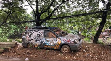 Sebuah mobil patroli Polsek Tanah Abang tampak mangkrak dan tidak terurus di kawasan Tanah Abang, Jakarta, Rabu (6/3). Mobil operasional merk KIA dibiarkan dipinggir jalan. (Liputan6.com/Fery Pradolo)