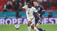 Raheem Sterling mencoba koyak pertahanan Skotlandia saat membela Inggris di duel grup D Euro 2020 / 2021 (AFP)
