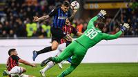 Proses terjadinya gol yang dicetak striker Inter Milan, Mauro Icardi, ke gawang AC Milan pada laga Serie A Italia di Stadion San Siro, Milan, Minggu (21/10). Inter menang 1-0 atas Milan. (AFP/Marco Bertorello)