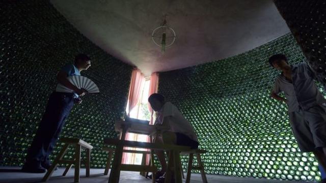 Seorang arsitek asal China ini yang memanfaatkan botol-botol bekas menjadi bagian dari konstruksi bangunan. Hasilnya fantastis dengan nilai artistik yang luar biasa.