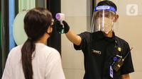 Security mengukur suhu tubuh pengunjung di supermarket AEON Mall BSD City, Tangerang, Rabu (3/6/2020). Supermarket yang beroperasi sejak pukul 08.00 - 20.00 WIB mewajibkan pengunjung untuk mengikuti aturan protokol kesehatan selama pandemi Covid-19. (Liputan6.com/Fery Pradolo)