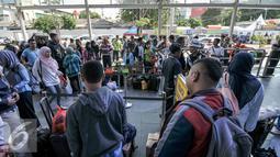 Sejumlah pemudik Lebaran antri di pintu masuk Stasiun Senen, Jakarta, Kamis (30/6). H-7 jelang Hari Raya Lebaran Stasiun Senen mulai dipadati warga yang ingin berlebaran bersama keluarga di kampung halaman. (Liputan6.com/Yoppy Renato)
