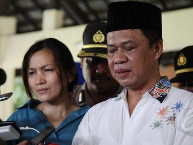Kadiv Humas Mabes Polri, Irjen Pol Anton Charlian (kanan) memberi keterangan pers setelah bertemu dengan anak yang ditelantarkan orangtuanya di pendopo Safe House Cibubur, Jakarta, Sabtu (16/5/2015). (Liputan6.com/Johan Tallo)