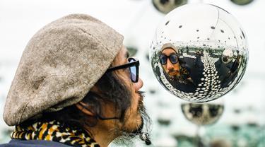 Pengunjung mengamati instalasi seni karya seniman Jepang Yayoi Kusama di Museum Wndr, Chicago, Amerika Serikat, Minggu (23/2/2020). Museum Wndr menampilkan 'Infinity Mirror Room' karya Yayoi Kusama dan sejumlah instalasi seni lainnya yang memadukan seni dan ilmu pengetahuan. (Xinhua/Joel Lerner)