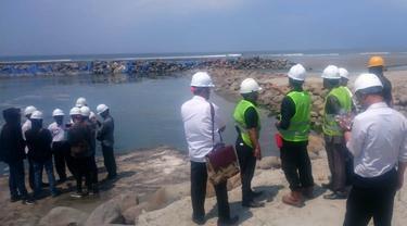 Manajemen PLTU melakukan pemeriksaan baku mutu air di lokasi pembuangan Limbah. (Foto: Liputan6.com/Yuliardi Hardjo)