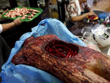 Tampak wanita saat membuat adonan permen yang berbetuk tubuh manusia lengkap dengan isi - isinya di kota Meksiko, Jumat (30/10/2015). Permen dan beraneka jajanan berbentuk organ manusia ini dibuat untuk merayakan hari halloween. (REUTERS/Carlos Jasso)