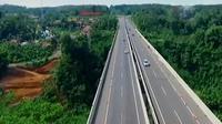 Dari pantauan udara di atas Jembatan Cisomang, kendaraan tampak leluasa memacu kecepatan.
