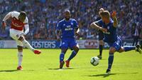 Striker Arsenal Alexandre Lacazette (kiri) melepas tembakan pada laga Liga Inggris melawan Cardiff City di Cardiff City Stadium, Minggu (2/9/2018). (AFP/Geoff Caddick)