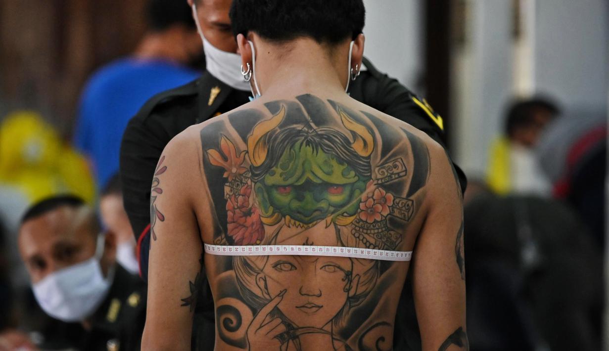 Seorang pria muda menjalani pemeriksaan fisik selama wajib militer tahunan di Bangkok (23/7/2020). (AFP Photo/Lillian Suwanrumpha)