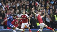 Gelandang Chelsea Pedro Rodriguez melepaskan tendangan ke gawang Arsenal yang dikawal Petr Cech. (AP Photo/Tim Ireland)
