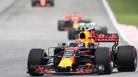 Pembalap Red Bull asal Belanda, Max Verstappen mengemudikan mobilnya saat Formula 1 Grand Prix Malaysia di Sepang, Minggu (01/10) (AFP PHOTO / MOHD RASFAN)