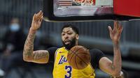 Pebasket LA Lakers, Anthony Davis memasukkan bola ke ring dalam laga lanjutan babak reguler NBA melawan Cleveland Cavaliers di Quicken Loans Arena, Selasa (26/1/2021). (Foto: AP Photo/Tony Dejak)