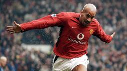 1. Juan Sebastian Veron - Veron menjadi pemain Argentina pertama yang diboyong Manchester United. Bergabung pada rentang 2001 hingga 2003, Veron tampil sebanyak 82 kali dan menyumbang 11 gol untuk skuat Setan Merah. (AFP/Paul Barker)