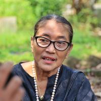 Selama empat dekade kenal dengan almarhum, Jajang juga setia mendampingi jenazah hingga dimakamkan di TPU Pondok Labu, Jakarta Selatan. (Nurwahyunan/Bintang.com)