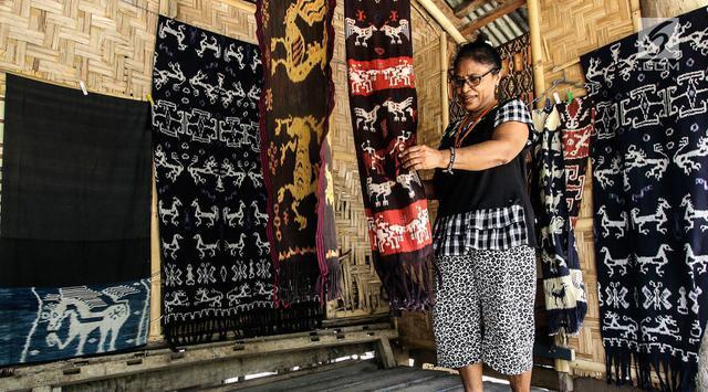 Mama Adriana Rambuadji membuat kain tenun di Desa Adat Prailiu, Sumba Timur, NTT, Sabtu (15/12). Harga kain tenun Sumba tergantung tingkat kesulitan, waktu pembuatan, dan sejarahnya. (Liputan6.com/JohanTallo)