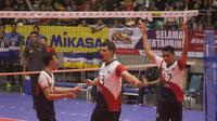 Pemain Surabaya Samator berselebrasi setelah mengalahkan Jakarta Pertamina Energi 3-2 pada final four Proliga 2018 di Sritex Arena, Solo, MInggu (8/4/2018). (Bola.com/Ronald Seger Prabowo)