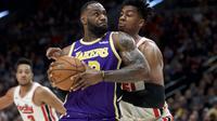 LeBron James berduel dengan pemain Blazers pada lanjutan NBA (AP)