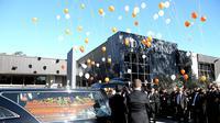 Keluarga dan kerabat Myuran Sukumaran melepaskan balon saat upacara pemakamannya di Gereja, Sydney, Australia, Sabtu (9/5/2015). Myuran Sukumaran dieksekusi mati pemerintah Indonesia pada Rabu 29 April lalu . (REUTERS/Adam Taylor)