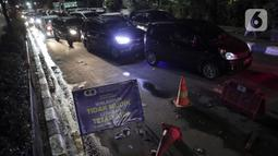Sejumlah kendaraan pribadi terjaring razia penyekatan di perbatasan Karawang-Cikarang, Bekasi, Jawa  Barat, Sabtu (23/5/2020). Razia tersebut dilakuan untuk menyekat gelombang pemudik dari Jakarta menuju Jawa Tengah jelang Hari Raya Idul Fitri. (Liputan6.com/Johan Tallo)