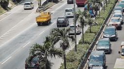 Kendaraan melintasi ruas Tol Jakarta Outer Ring Road (JORR), di Jakarta, Senin (17/9). Integrasi transaksi tol merupakan tahapan menuju transaksi tol menerus atau multilane free flow (MLFF) yang akan diberlakukan pada 2019. (Liputan6.com/Faizal Fanani)