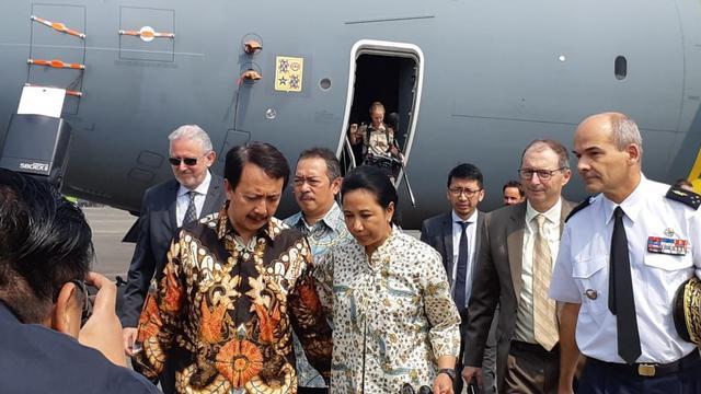 Direktur PT Dirgantara Indonesia Elfien Goentoro (kiri, depan) dan Menteri BUMN Rini Soemarno (tengah) usai meninjau Airbus A100M di Lanud AU Halim Perdanakusuma (21/8) (Liputan6.com / Rizki Akbar Hasan)
