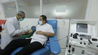 Wali Kota Semarang Hendrar Prihadi ketika diambil darahnya sebagai donor plasma kovalesen. (foto: Liputan6.com/Septi Nur Eka Mafiroh/edhie prayitno ige)