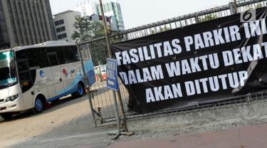 Sebuah bus keluar dari area Park and Ride di Jalan MH Thamrin, Jakarta, Jumat (30/8/2019). Pemerintah Provinsi DKI Jakarta berencana mengubah peruntukan area park and ride menjadi pusat kuliner. (Liputan6.com/Helmi Fithriansyah)