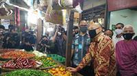 Menkop UKM Teten Masduki melakukan kunjungan kerja ke Koperasi Cempaka Putih dan Pasar Cempaka Putih di Kawasan Jakarta Pusat, Kamis, 11 Juni 2020. Athika/Liputan6.com