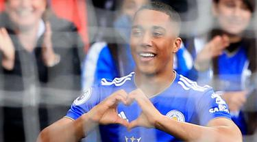 Gelandang Leicester City, Youri Tielemans, melakukan selebrasi usai membobol gawang Arsenal pada laga Premier League di Stadion King Power, Minggu (28/4). Leicester City menang 3-0 atas Arsenal. (AFP/Lindsey Parnaby)