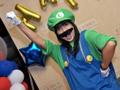Ditemui di kawasan Pancoran, Jakarta, Fitri Tropica berdandan ala tokoh game terkenal, Super Mario Bros dan Luigi, Selasa(22/7/14). (Liputan6.com/Panji Diksana)