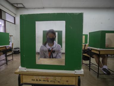 Siswa duduk di mejanya yang menggunakan partisi di sebuah ruang kelas di Samkhok School di Pathum Thani, Bangkok, Rabu (1/7/2020). Thailand telah memulai fase kelima relaksasi pembatasan covid-19 yang memungkinkan pembukaan kembali sekolah-sekolah dan institusi pendidikan lainnya. (AP/Sakchai Lalit)