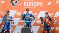 Pembalap Suzuki, Joan Mir (tengah), menjuarai MotoGP Eropa 2020 di Sirkuit Ricardo Tormo, Valencia, Minggu (8/11/2020). (AFP/Jose Lagos)