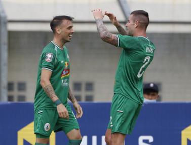 FOTO: Gol Nicolas Velez Sementara Bawa PS Sleman Ungguli Persik Kediri 1-0 - Aaron Michael Evans;  Velez Nicolas Leandro