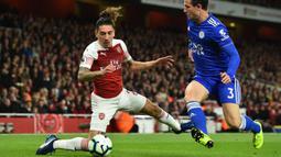 Bek Arsenal, Hector Bellerin, berebut bola dengan bek Leicester, Ben Chilwell, pada laga Premier League Inggris di Stadion Emirates, London, Senin (22/10). Arsenal menang 3-1 atas Leicester. (AFP/Glyn Kirk)