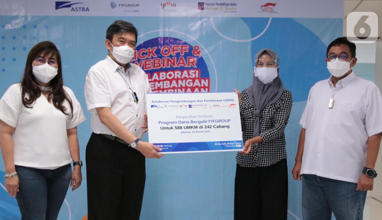 Human Capital,General Supportand Corcomm DirectorEsther Sri Harjati,  CEO FIFGROUP Margono Tanuwijaya (kedua kiri), dan Advisor R. Sutjahja Nugroho menyerahkan dana bergulir kepada Yulianti (kedua kanan) sebagai UMKM penerima bantuan di Jakarta, Kamis (25/03/2021) (Liputan6.com/Pool/FIFGroup)
