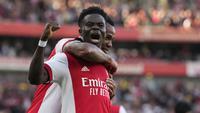 Gelandang Arsenal, Bukayo Saka (depan) berselebrasi usai mencetak gol ke gawang Tottenham Hotspur pada pertandingan lanjutan Liga Inggris di stadion Emirates di London, Minggu (27/9/2021). Arsenal menang atas Tottenham dengan skor 3-1. (AP Photo/Frank Augstein)