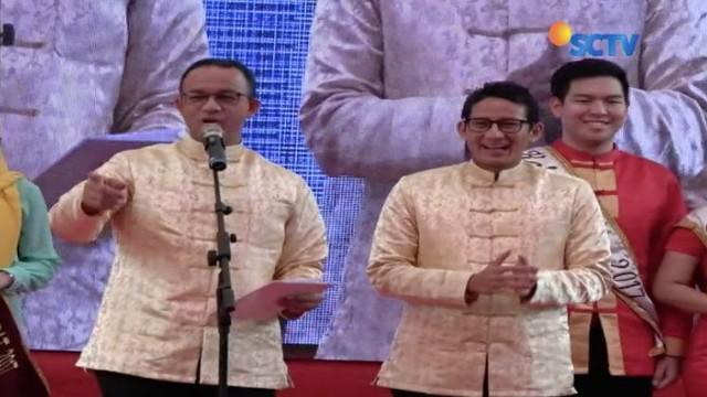 Anies-Sandi membuka Festival Pecinan 2018 di Glodok, Jawa Barat dan sempat memberikan angpao pada para seniman yang melakukan atraksi barongsai.