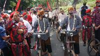 Calon Wali Kota-Wakil Wali Kota yang diusung PDIP Gibran Rakabuming Raka dan Teguh Prakosa berangkat ke KPU, Jumat (4/9/2020). (Liputan6.com/Fajar Abrori)