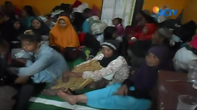 Usai gempa bumi di Bajarnegara, Jawa Tengah, warga yang terdampak gempa masih bertahan di sejumlah lokasi pengungsian. Terbatasnya tempat pengungsian membuat para pengungsi tinggal berdesakan.