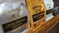 Beberepa produk kopi arabika Cigalontang, Tasikmalaya, Jawa Barat yang akan melakukan ekspor perdana ke Peransi di tengah-tengah pandemi Covid-19. (Liputan6.com/Jayadi Supriadin)