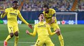 Striker Villarreal, Gerard Moreno (tengah) melakukan selebrasi usai mencetak gol kedua timnya ke gawang Dinamo Zagreb dalam laga leg kedua perempatfinal Liga Europa 2020/2021 di La Ceramica Stadium, Villarreal, Kamis (15/4/2021). Villarreal menang 2-1 atas Dinamo Zagreb. (AFP/Jose Jordan)