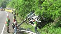 Tiga dari enam penumpang bos rombongan pengajian asal Garut menderita luka parah. (Liputan6.com/Abramena)
