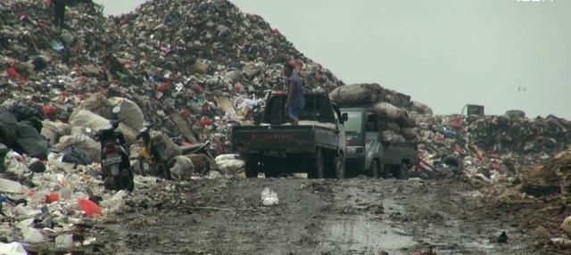 Walikota Bekasi meminta Gubernur DKI Jakarta Anies Baswedan memperhatikan nasib 90.000 warga Bantar Gebang terkait kapasitas volume sampah warga DKi yang dibuang ke Bantar Gebang sudah melebihi kapasitas