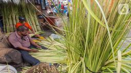 Pedagang membuat kulit ketupat dari anyaman daun kelapa muda (janur) di Pasar Pondok Labu, Jakarta Selatan, Kamis (30/7/2020). Memasuki Hari Raya Idul Adha ketupat yang merupakan hidangan khas Asia Tenggara dengan bahan dasar beras disajikan pada saat Hari Raya. (Liputan6.com/Fery Pradolo)