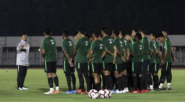 Pelatih Timnas Indonesia U-23, Indra Sjafri, memberikan arahan kepada pemainnya saat sesi latihan di Stadion Madya, Jakarta, Selasa (23/7). Latihan ini merupakan persiapan jelang SEA Games 2019. (Bola.com/Yoppy Renato)