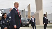 Presiden AS, Donald Trump meninjau prototipe tembok perbatasan AS dan Meksiko yang kontroversial di San Diego, Selasa (13/3). Prototipe tembok perbatasan Trump memiliki tinggi sekitar 9 meter, dengan puncak yang tebal dan bundar. (MANDEL NGAN / AFP)