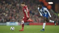 Aksi pemain Liverpool, Alberto Moreno (kiri) menghalau bola dari kejaran pemain Porto, Vincent Aboubakar pada leg kedua Liga Champions di Anfield Stadium, Liverpool, (6/3/2018). Liverpool bermain imbang 0-0. (AFP/Paul Ellis)